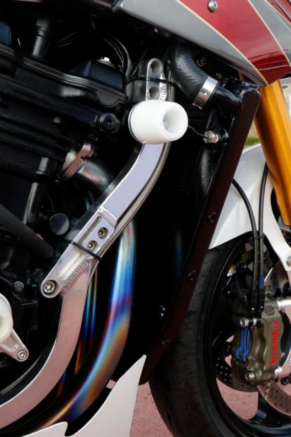 GPZ900R by トレーディングガレージ・ナカガワ フレーム12ヶ所の補強とダウンチューブ追加