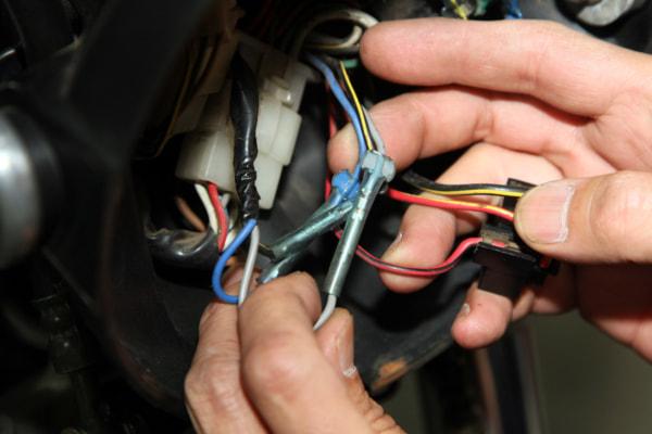 ウインカー交換の基本手順 ギボシ端子の外し方