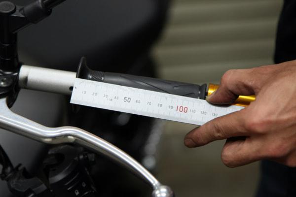 バーハンドル交換 穴の位置を測定
