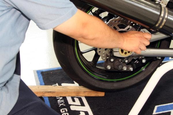 リヤショック交換 タイヤを少し浮かせる