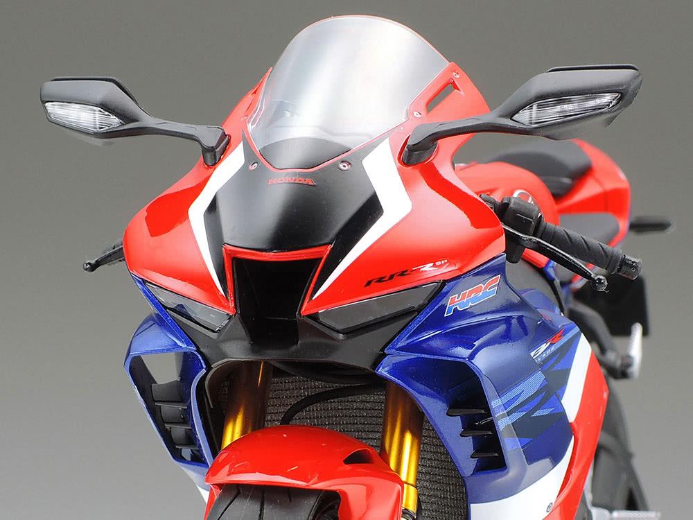 タミヤ 1/12スケール Honda CBR1000RR-R FIREBLADE SP ヘッドライト周りのアップ
