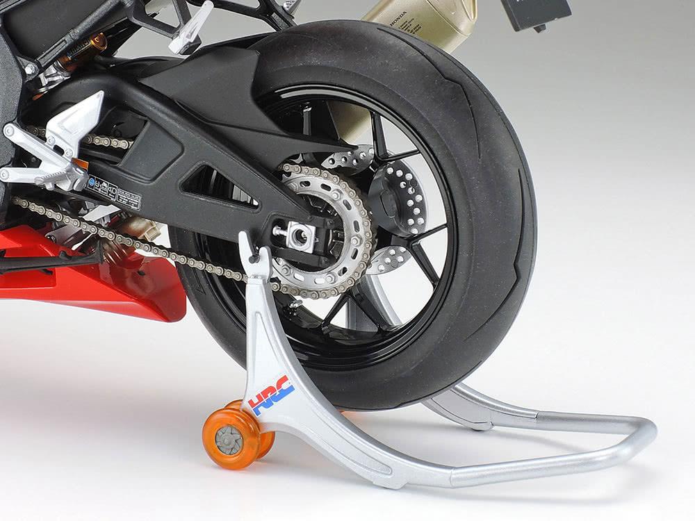 タミヤ 1/12スケール Honda CBR1000RR-R FIREBLADE SP リヤタイヤのアップ