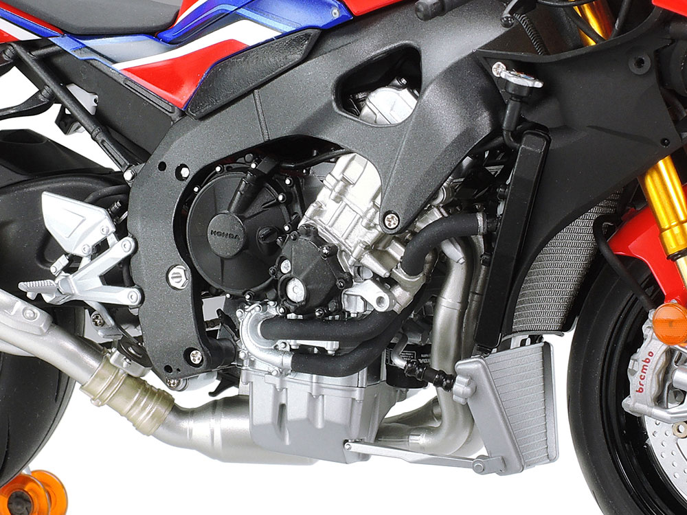 タミヤ 1/12スケール Honda CBR1000RR-R FIREBLADE SP カウルを外した状態のエンジンのアップ