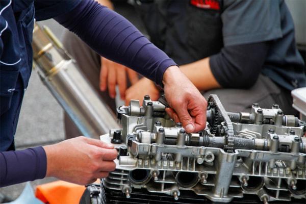 ZレーサーⅢ ピットにてエンジンを再組み立て