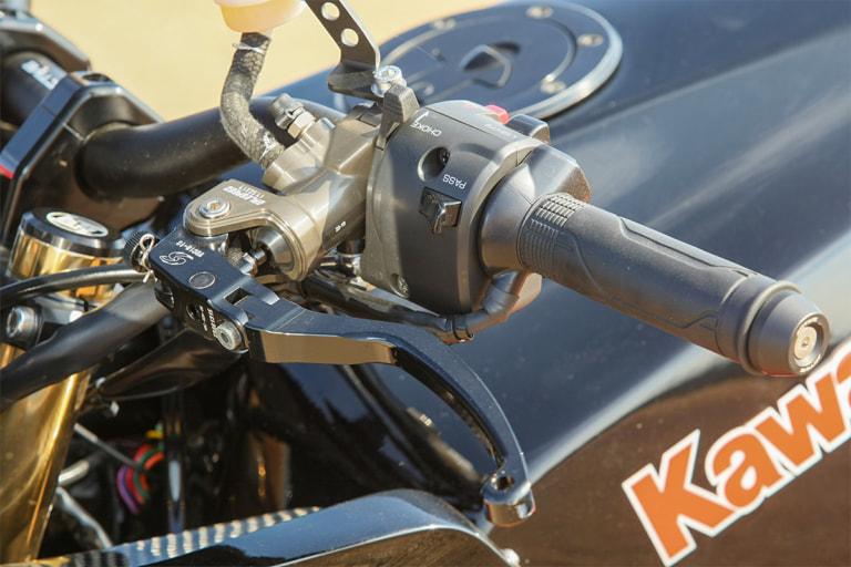 GPZ900R by ブルドッカータゴス ゲイルスピード製マスターをブレーキ、クラッチ両側に採用